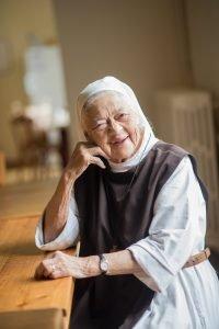 idős nővér asztalnál