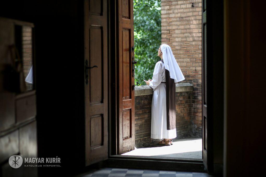 nővér erkélyen