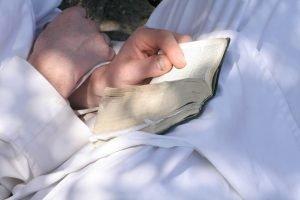 biblia az ölében