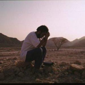 fiú imádkozik a sivatagban