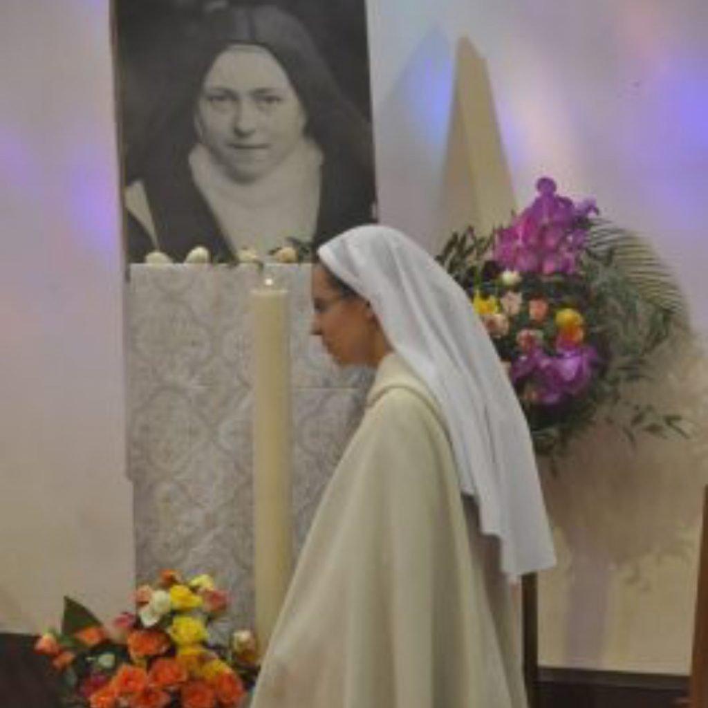 nővér térden imádkozik